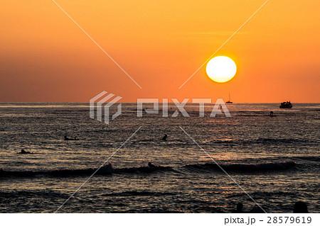 ワイキキビーチ ハワイの夕暮れ beach sunset in waikiki hiの写真