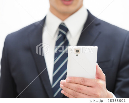 白いスマホを持つ若いビジネスマン 28583001