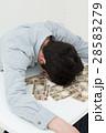 お金と若い男性 白バック 28583279