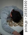 お金と若い男性 黒バック 28583400