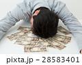 お金と若い男性 白バック 28583401