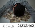 お金と若い男性 黒バック 28583402