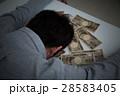 お金と若い男性 黒バック 28583405