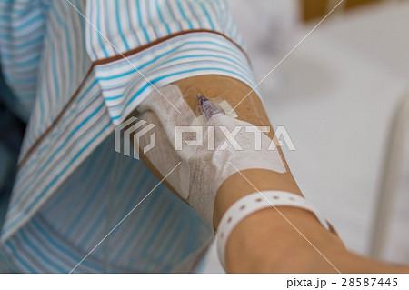 点滴をしてる入院患者 28587445