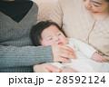 赤ちゃん 家族 三世代の写真 28592124