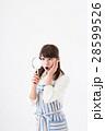若い女性、虫眼鏡、驚く 28599526