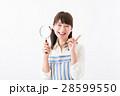 若い女性、虫眼鏡、笑顔 28599550