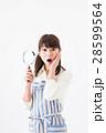 若い女性、虫眼鏡、驚く 28599564