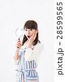 若い女性、虫眼鏡、驚く 28599565