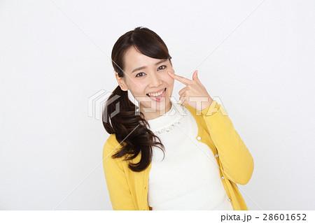 あかんべえをする女性 28601652