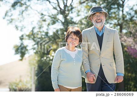 手をつなぐ日本人シニア夫婦 28606069