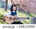 女性とギター 28624990