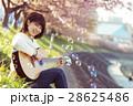 女性とギター 28625486