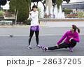 準備体操をする女性 28637205