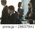 試験会場 受験票を確認する学生 28637941
