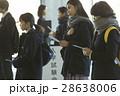 試験会場 受験票を確認する学生 28638006