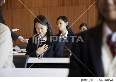 受験会場 試験を受ける学生たち 28638058