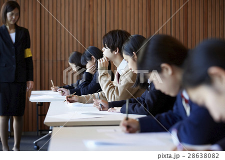 受験会場 試験を受ける学生たち 28638082