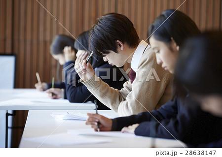 受験会場 試験を受ける学生たち 28638147