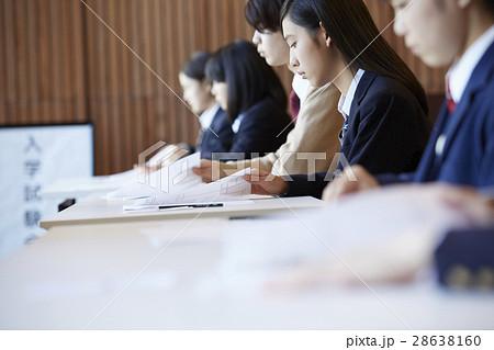 受験会場 試験を受ける学生たち 28638160