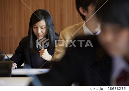 受験会場 試験を受ける学生たち 28638236
