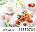 オシャレなイチゴのワッフルパンケーキ 28639784