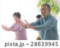 太極拳をする元気な日本人シニア男女 28639945