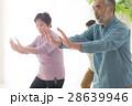 太極拳をする元気な日本人シニア男女 28639946