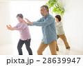 太極拳をする元気な日本人シニア男女 28639947