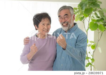 ガッツポーズする日本人シニア夫婦 28639971