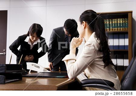 女性 ビジネス 役員 秘書 謝罪 謝る オフィス 若い女性 ビジネスマン 男性 28655658