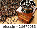 コーヒー豆を挽く 28670033