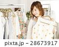 ショッピング 店員 買い物 女性 販売員 スタッフ ファッション アパレル バイヤー 28673917