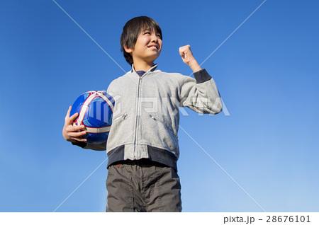 サッカーボールを持ちガッツポーズの小学生の男の子 28676101