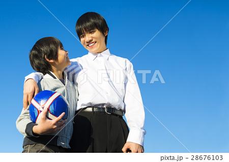 サッカーボールを持ちガッツポーズの小学生の男の子 28676103