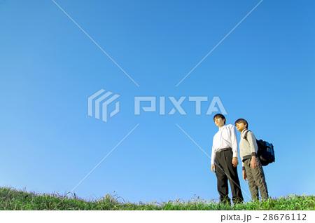 2人並び遠くを見つめる兄弟 28676112