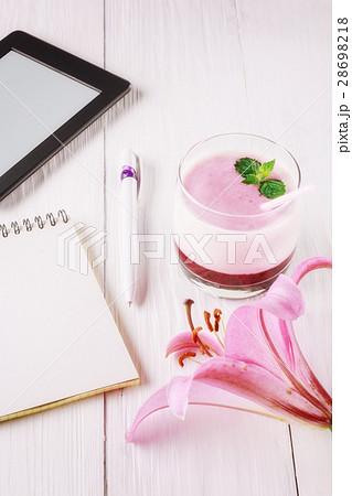 Berry smoothie with yogurt and eBookの写真素材 [28698218] - PIXTA