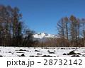 残雪残る軽井沢で見る美しい浅間山 28732142