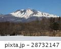 残雪残る軽井沢で見る美しい浅間山 28732147