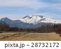 残雪残る軽井沢で見る美しい浅間山と白い雲 28732172