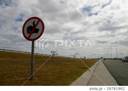 南アフリカのヒッチハイク禁止標識 28781962
