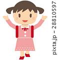 かわいいランドセルの女の子 笑顔 両手を上げる 28810597