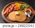 パンケーキ ベーコン 朝食の写真 28822541