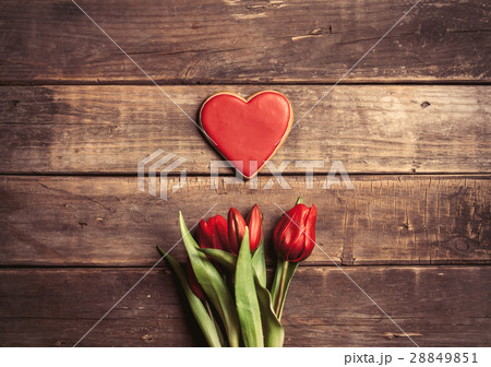 heart shaped cookie and bunch of tulipsの写真素材 [28849851] - PIXTA