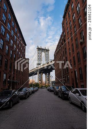 ニューヨーク・クイーンズ地区から望むブルックリン橋 日中 28862104