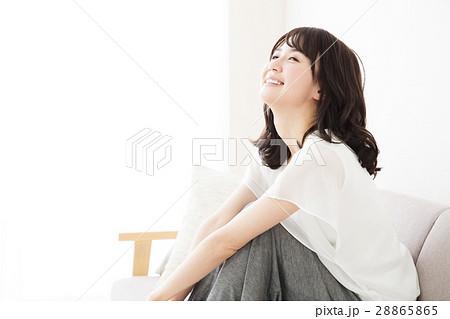 女性 若い女性 若い 笑顔 かわいい 可愛い ライフスタイル きれい カジュアル 28865865