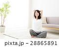 女性 ストレッチ 伸び 若い女性 若い 笑顔 かわいい 可愛い ライフスタイル カジュアル 28865891