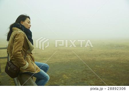 霧の中の女性 28892306