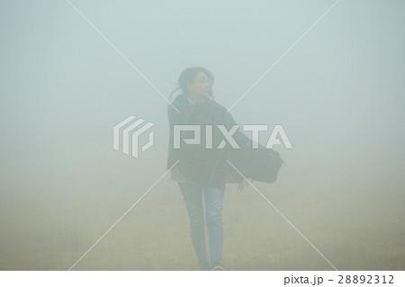 霧の中を行く女性 28892312