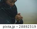 霧 寒い 女性の写真 28892319